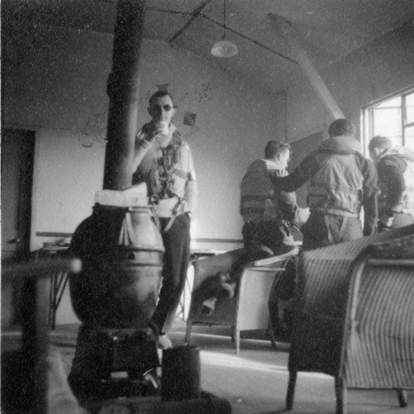René Mouchotte, dans son fameux pull-over blanc, à Biggin Hill en 1943