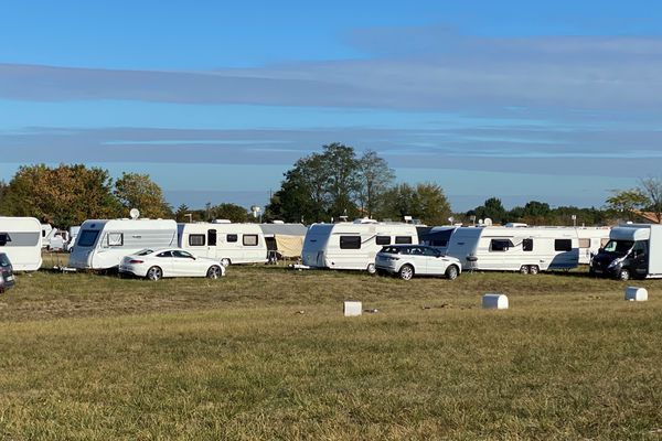 Environ 70 caravanes sont installées depuis dimanche 6 septembre sur le terrain des Hauts de Croutelle, une commune proche de Poitiers dans la Vienne.
