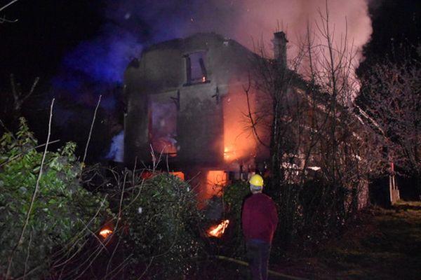 L'incendie s'est déclaré à 21h30 rue principale à Obermoschwiller
