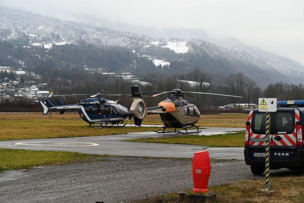 Deux hélicoptères à la base du Service aérien français (SAF) d'Albertville mercredi 9 décembre, au lendemain du crash qui a fait cinq morts.