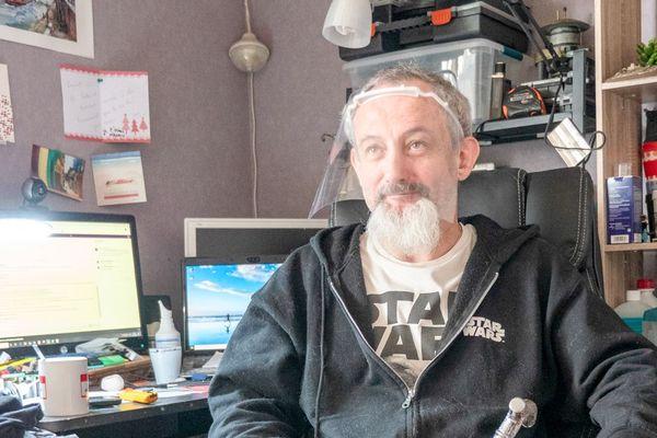 Laurent, un des makers qui travaille à domicile