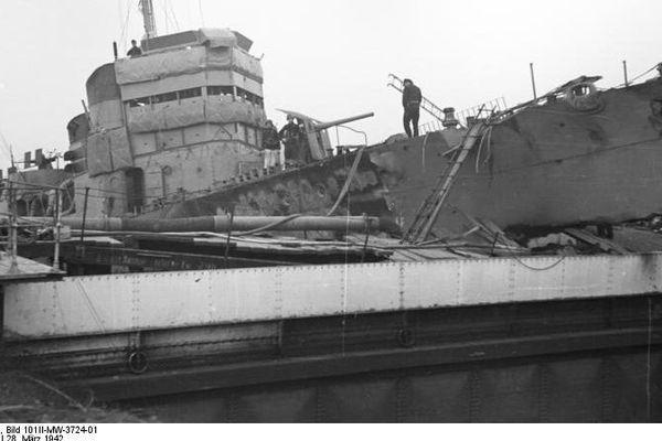 Le Campbeltown s'est encastré dans la porte de la forme Joubert à 1h34 et a explosé le lendemain matin