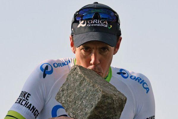 Matthew Hayman embrasse son pavé de la victoire après avoir remporté l'édition 2016 du Paris-Roubaix.