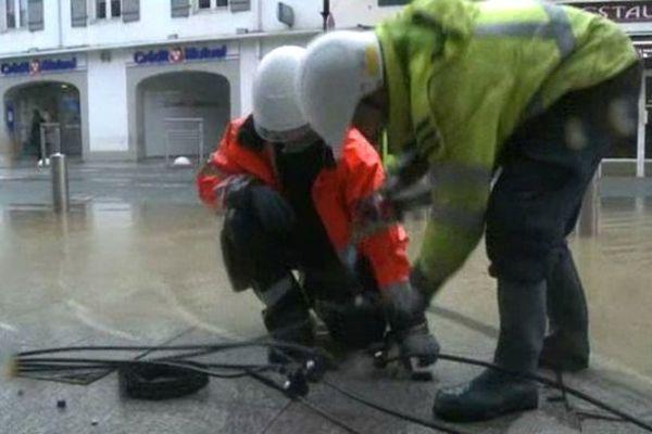 Une vingtaine d'agents ERDF s'emploie à rétablir le courant dans la ville, les pieds dans l'eau