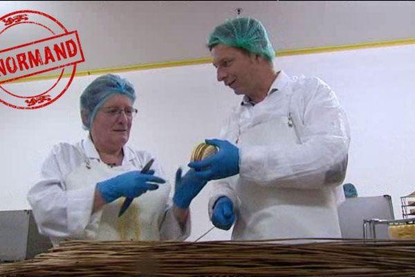 Damien Mignau s'essaye au liage dans la fromagerie Graindorge