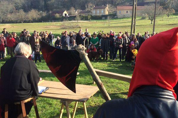 Une centaine de personnes se sont rassemblés à Castelnaud-la-Chapelle pour un carnaval engagé contre le projet de contournement de Beynac.