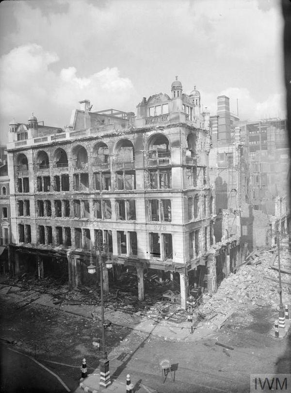 Un magasin d'Oxford Street à Londres, détruit par les bombes allemandes en septembre 1940.