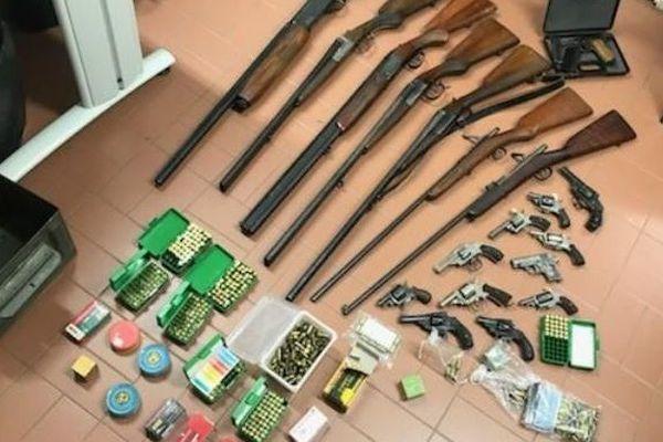 Trentes-trois armes, une grenade et des milliers de munitions ont été saisies par les gendarmes.