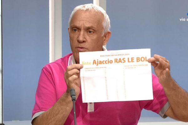 Michel Ciccada sur le plateau de France 3 Corse Viastella, brandissant son bulletin de vote