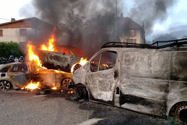 Des carcasses de voitures et des pneus ont été enflammés sur la RD 1085.