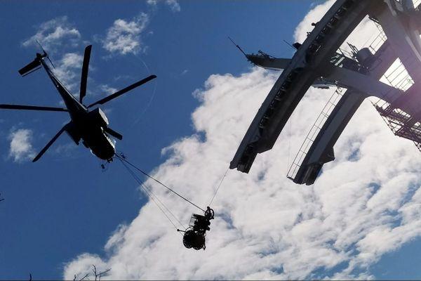 En raison de leur poids, il a fallu faire appel à un hélicoptère afin de tirer les câbles du futur téléphérique toulousain.