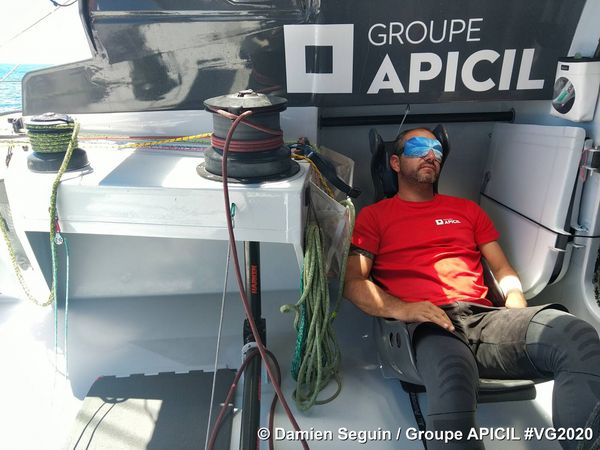 Damien Seguin Apicil. Les skippers dorment par cycles d'1h30 à 2h pendant la course et parfois des cycles plus courts encore.