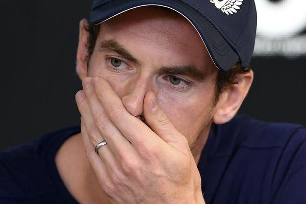 En larmes, à Melbourne, Andy Murray qui vient de participer au tournoi de Brisbane, annonce la très probable fin de sa carrière.