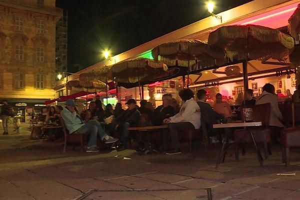 Avant le couvre-feu, les Niçois se sont réunis en terrasse.