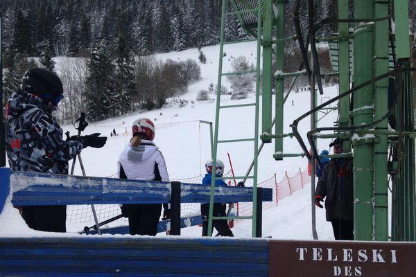 La piste de ski des Truches à Rochesson dans les Vosges est ouverte : les bénévoles aux manettes