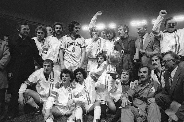 Les footballeurs de l'équipe de Nancy avec leur trophée après avoir remporté la finale de la Coupe de France contre Nice, le 13 mai 1978, au Parc des Princes, à Paris.