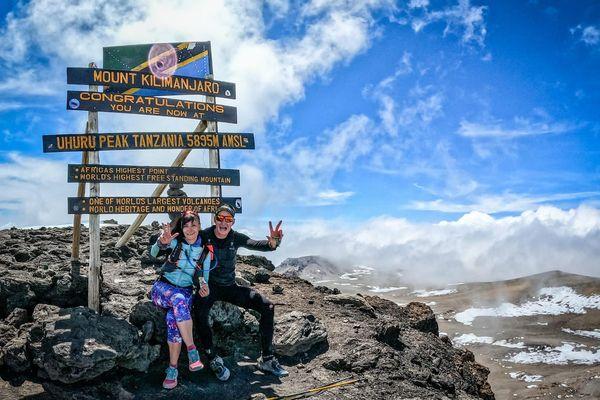 3 ascensions du Kilimandjaro en 9 jours, et un record à la clé pour Vanessa Morales. Elle pose à son arrivée au sommet aux côtés de son caméraman Aurélio Valentino