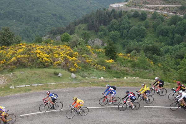 La course de l'Ardéchoise passant le col de Mezilhac, juin 2010.