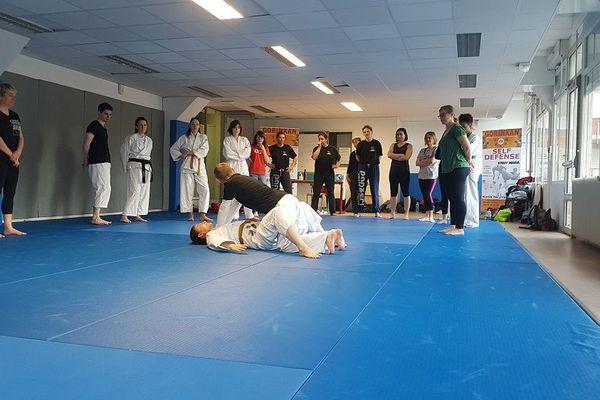 Deux heures pour apprendre aux femmes des techniques simples pour se défendre et prendre confiance en soi offertes par le Karaté Club Gorinkan à Clermont-Ferrand.