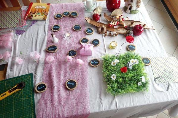 La décoration de la table de communion a été revue. Et Sarah et sa famille se demandent s'ils vont pouvoir se réunir en famille prochainement.