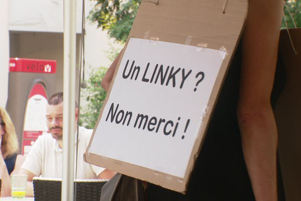 2000 usagers devant 19 tribunaux d'Auvergne-Rhône-Alpes pour contrer le déploiement des compteurs Linky. Ils réfutent le caractère obligatoire de l'installation.