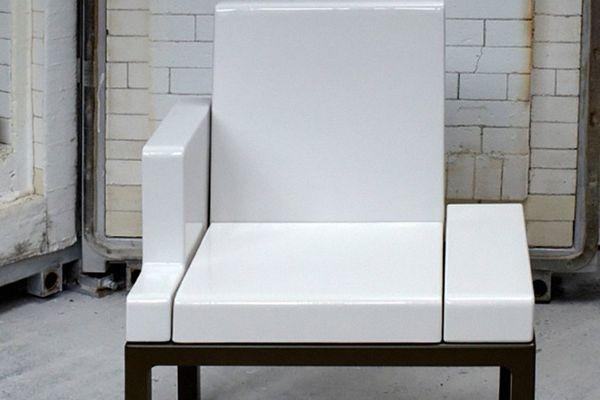 """Gérard Borde reçoit le prix pour ce fauteuil, le """"Beyrouth""""."""