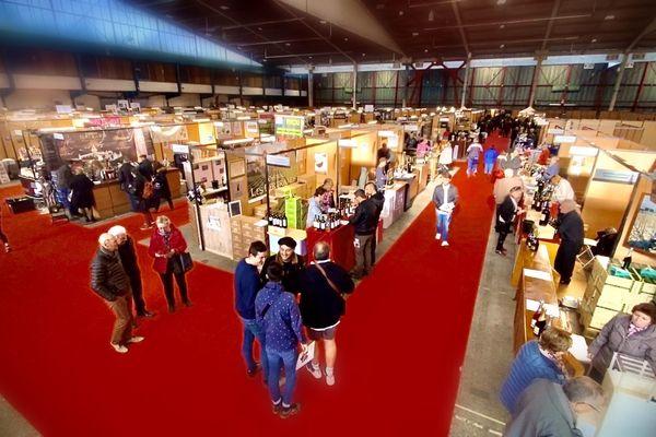 Les premiers visiteurs arpentent les allées du salon du vin à Limoges ce samedi 15 février.