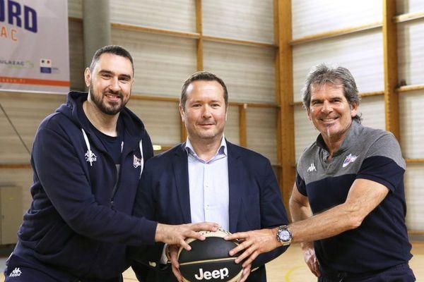 Claude Bergeaud, à droite sur la photo avec Laurent Serres, au centre, président du directoire et Thomas Andrieux, entraîneur du BBD