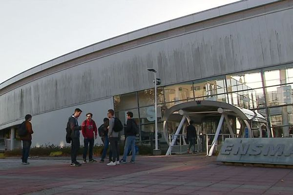Les locaux de l'ENSMA, située à deux pas du Futuroscope.