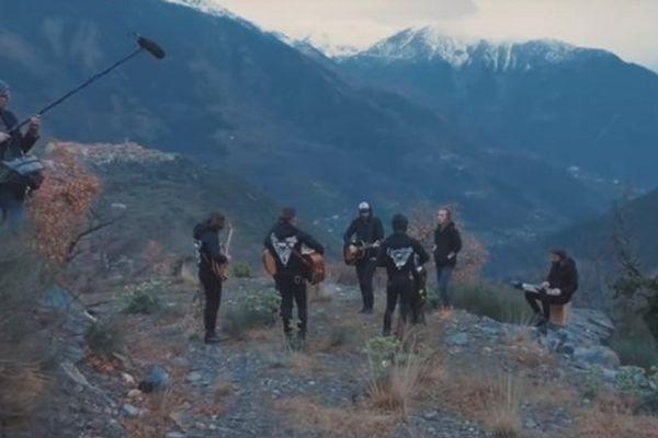 On peut voir la neige sur les sommets du Mercantour dans cette image extraite du clip.