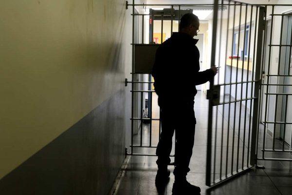 Un gardien ouvre une grille dans la prison de Brest en 2017