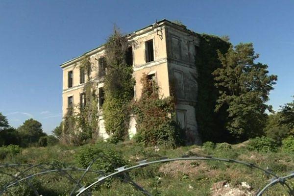 À l'abandon depuis plus de 50 ans, une association tente de sauver cette maison.