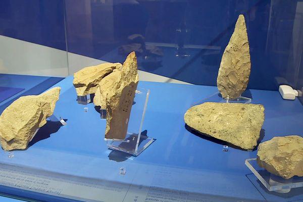 Les premiers outils de pierre, grâce auxquels l'homme a quitté sa condition animale