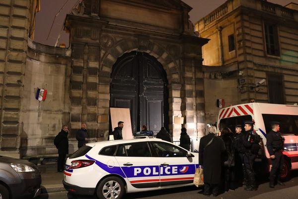 En marge de l'acte VIII des Gilets Jaunes à Paris, des individus ont forcé la porte de la cour du secrétariat d'Etat de Benjamin Griveaux, porte-parole du gouvernement, le 5 janvier 2019.