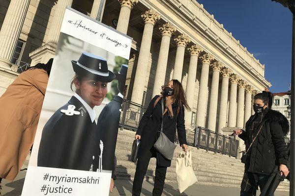 La famille de Myriam Sakhri venue en nombre le 26 janvier 2021 devant la Cour d'Appel de Lyon, en déployant des photos de la gendarme retrouvée morte dans sa caserne en septembre 2011, pour demander la réouverture de l'enquête.
