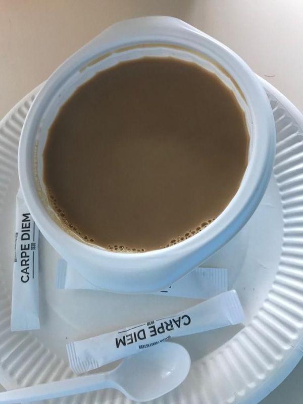 """On m'apporte le petit-déjeuner dans l'unité Covid. Sur le sucre """"carpe diem"""", profite de l'instant présent en latin."""