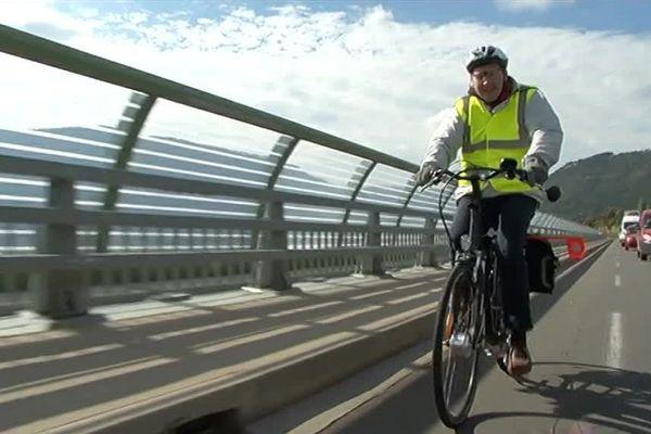 Pierre Bettencourt qui se deplace en vélo éléctrique fait un geste pour l'environnement