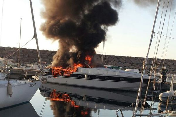Incendie d'un bateau de plaisance à moteur dans le port de Toga