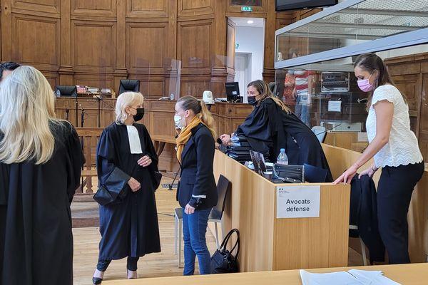Valérie Bacot avec ses avocates.
