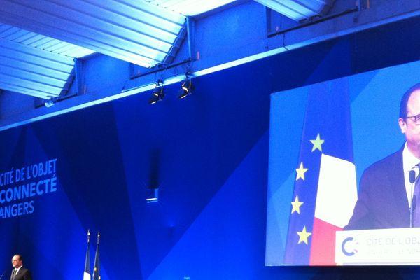 Le président Hollande à la cité des objets connectés à Angers.
