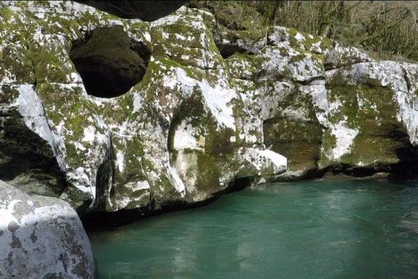 La Valserine prend sa source dans les Monts du Jura, traverse le département de l'Ain et finit sa course folle dans le Rhône.
