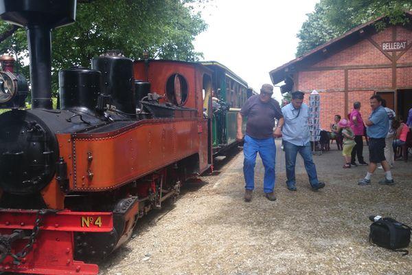 La locomotive à vapeur circule entre Pithiviers et Bellebat sur un tronçon conservé de l'ancienne ligne de tramway.