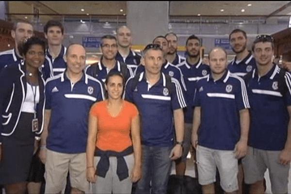 Le coach Hervé Coudray et les joueurs du CBC à leur arrivée en Guadeloupe