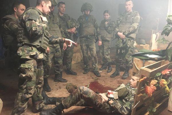 Exercice à Saint-Cyr-Coëtquidan. Le simulateur d'hémorragie doit aider à mieux prendre en charge les blessures de guerre.