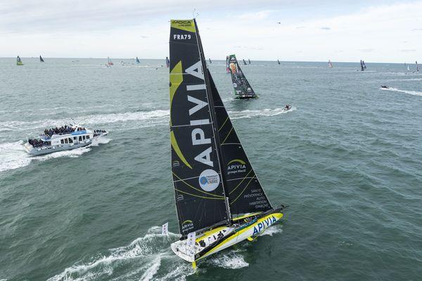 LE HAVRE, le 27 octobre 2019 : l'imoca Apivia, avec ses skippers Charlie Dalin and Yann Elies, lors du départ de la 14e édition de la Transat Jacques Vabre.