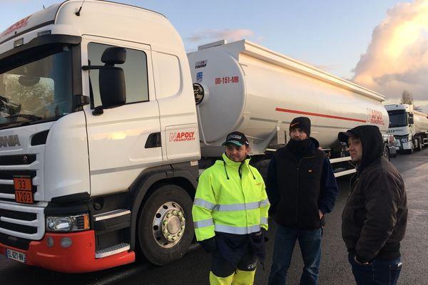 Hervé (au centre de l'image) est bloqué avec son camion depuis plusieurs heures. Il se dit solidaire du mouvement et prend son mal en patience.