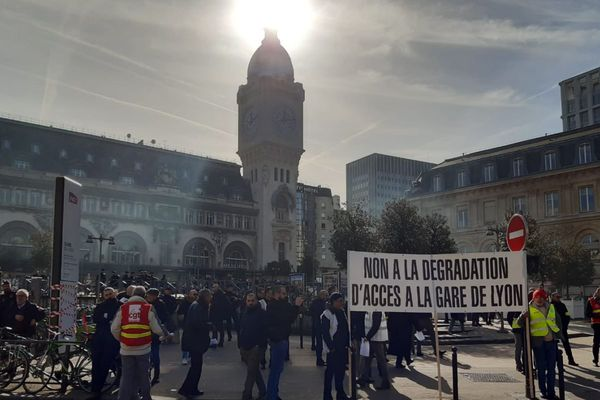 Les manifestants se sont rassemblés devant la gare de Lyon.