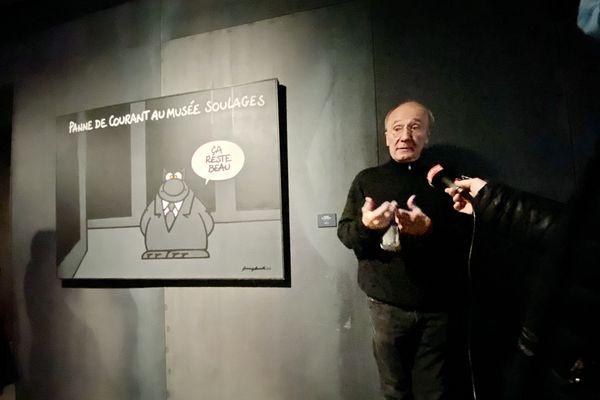 Philippe Geluck en visite de presse le 23 octobre au musée Soulages de Rodez, devant une de ses oeuvres