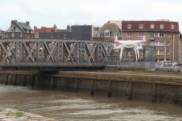 Le drone s'envole au-dessus du chenal près du pont Colbert à Dieppe