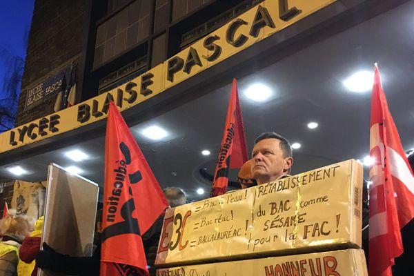 Au lycée Blaise Pascal de Clermont-Ferrand, les épreuves de contrôle continu du baccalauréat ont été annulées en raison d'une manifestation dans l'enceinte de l'établissement.
